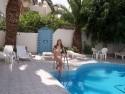 U hotelového bazénu