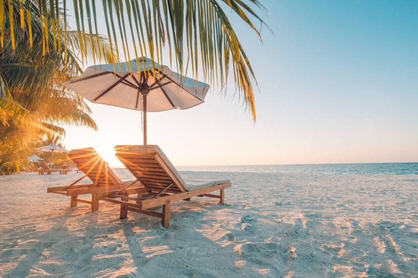 egzotikus utazás tengerpart napágy napernyő
