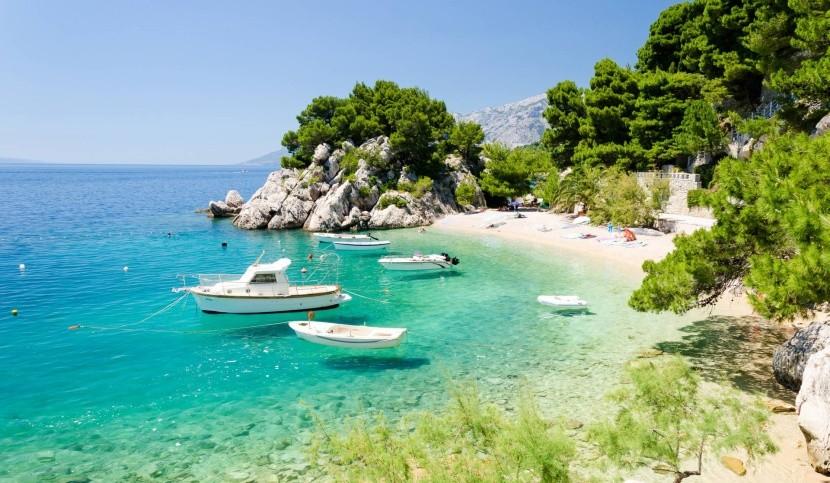 sziklás horvát tengerpart hajók