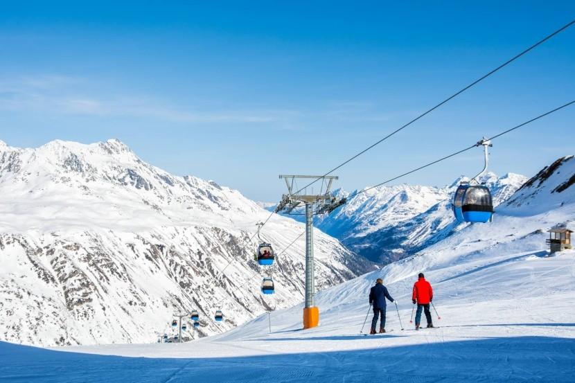 sífelvonó hó téli táj sípálya síelők