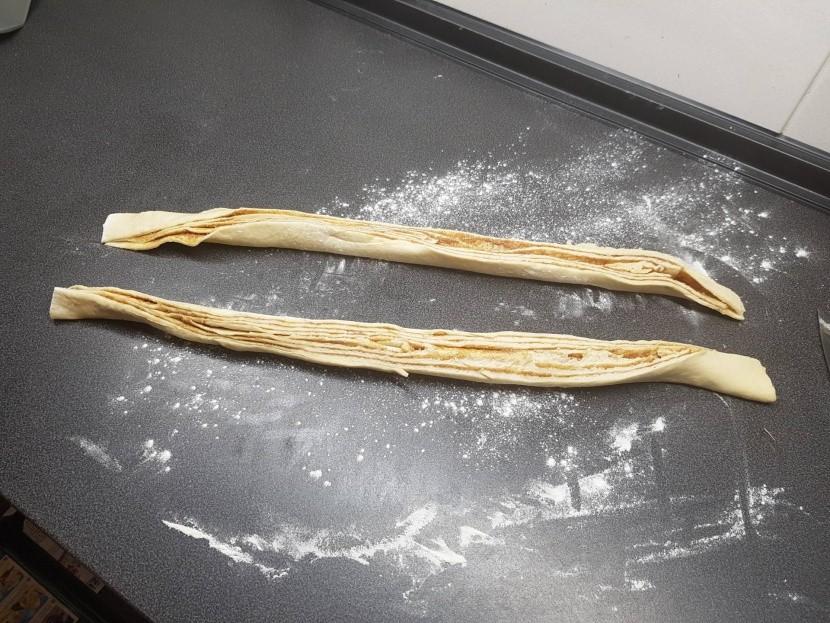 Kringel – feltekerjük és szétvágjuk a tésztát