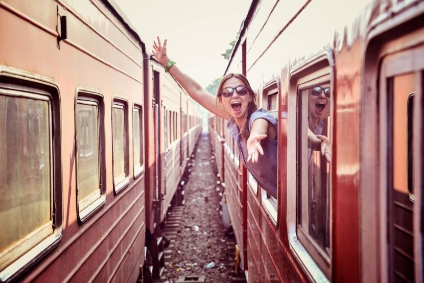 vonat állomás vidám nő