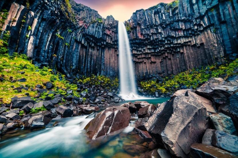 Svartifoss vízesés Izland sötétszürke sziklák