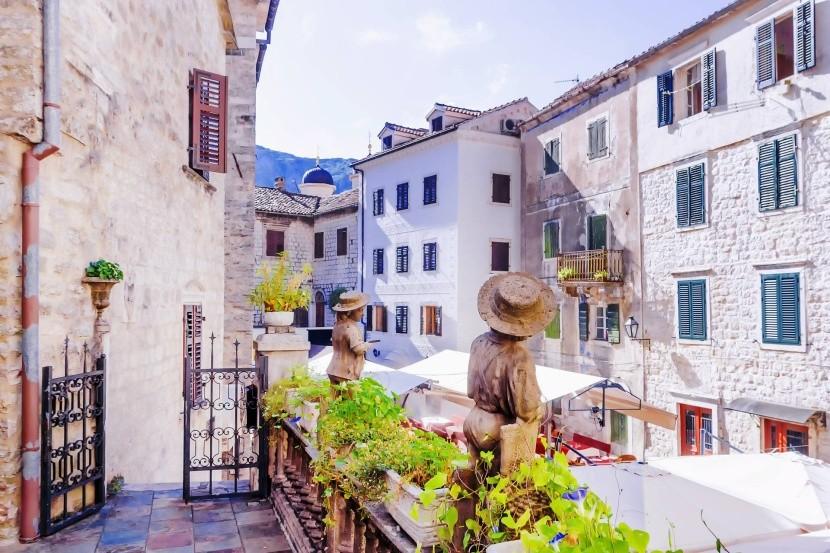 Ókori Kotor szűk utca kilátás