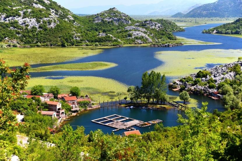 Karuc falu Skadar-tó zöldellő táj hegyek