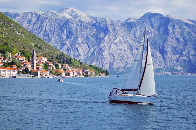 Vitorlázás Kotor-öböl hegy vitorlás tenger