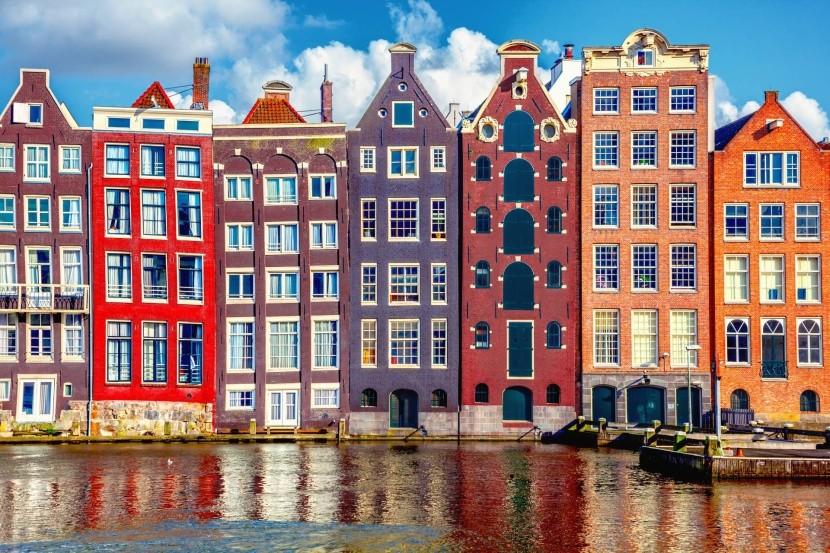 színes házak Amszterdam vízre épült város