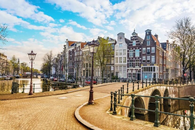 történelmi épületek sétány híd Amszterdam