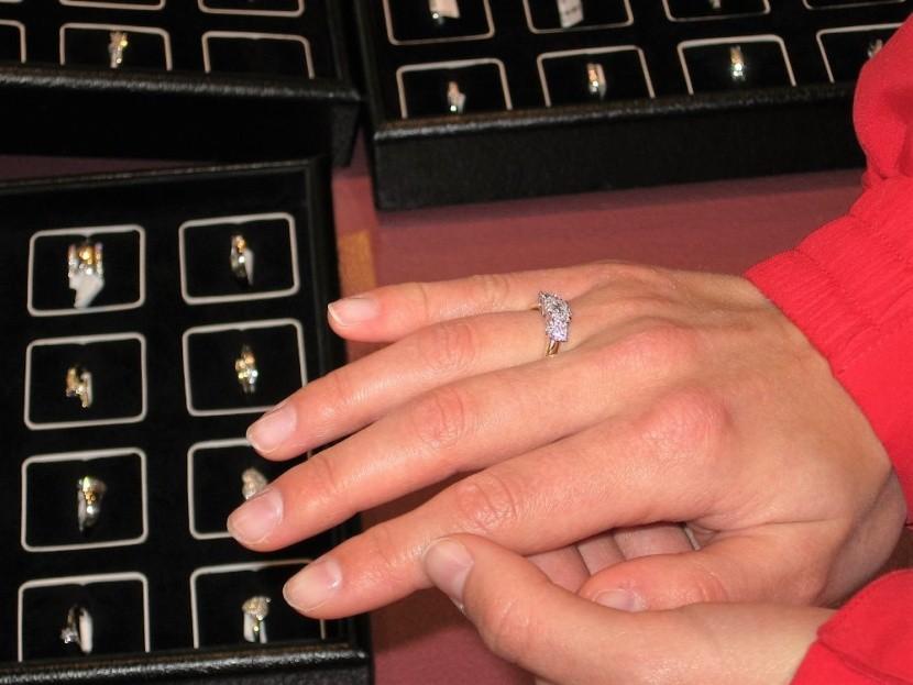 gyémántékszer felpróbálás gyémát gyűrű ékszer