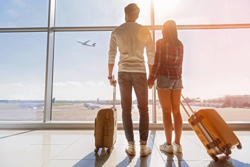 utazás repülőtér repülés repülő bőrönd utazók