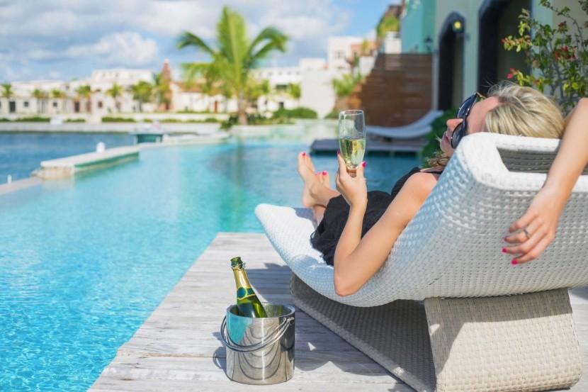 nyaralás medence pezsgő szálloda pihenés