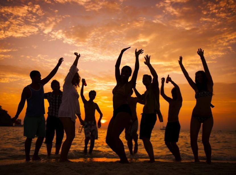 tengerparti buli naplemente tánc szórakozás
