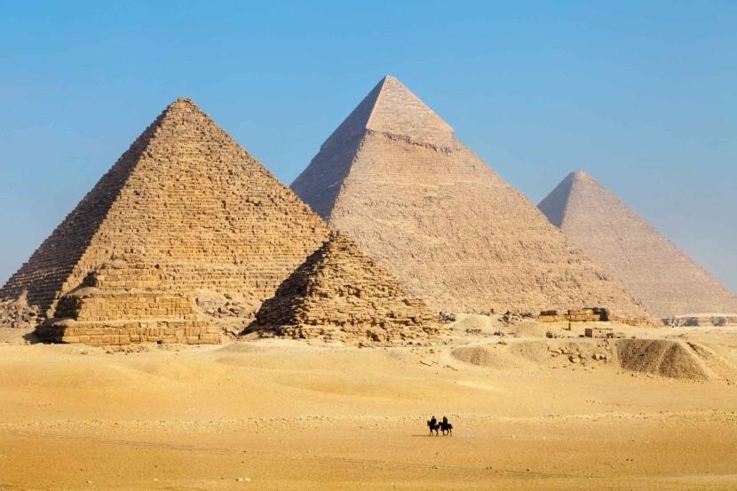Egyiptom sárga homok sivatag piramisok teve