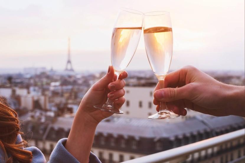 Étterem pezsgő koccintás Eiffel-torony Párizs