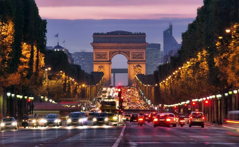 Champs-Élysées Diadalív. Párizs esti fények