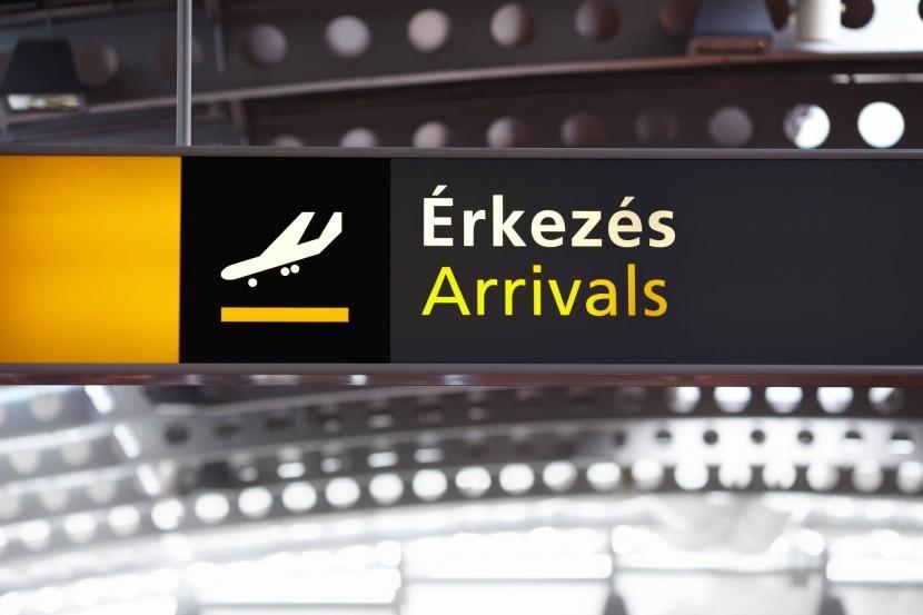 érkezés tábla reptér