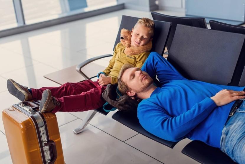 reptér várakozás család gyerek bőrönd alvás