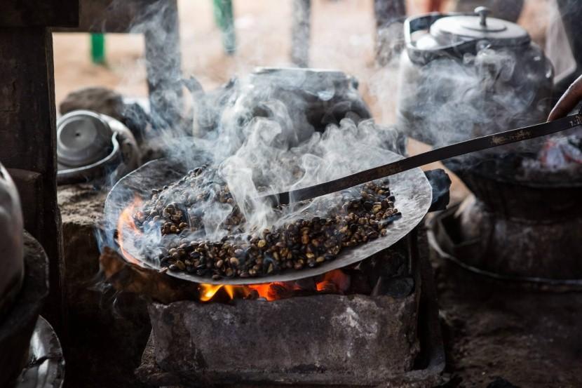 Hagyományos kávépörkölés Etiópiában