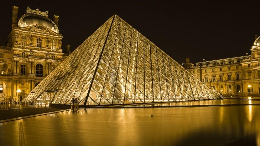 A Louvre híres üvegpiramisa