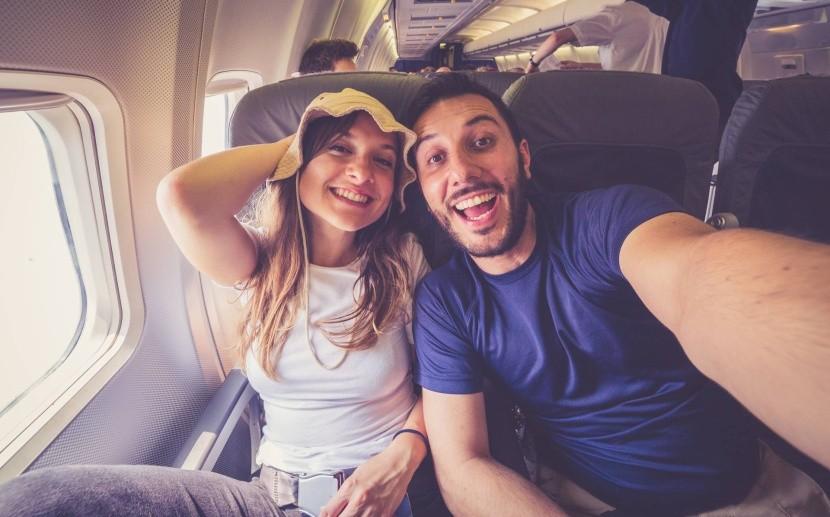 Mosolyogva a repülőn
