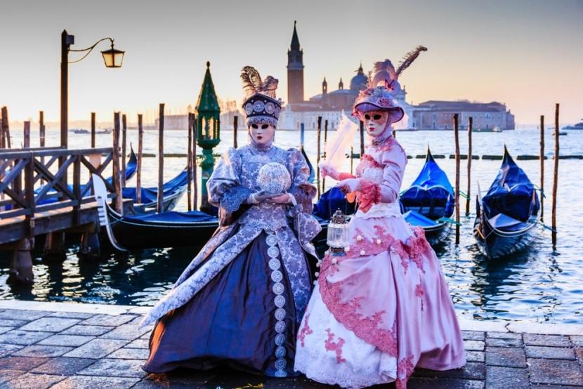 Velencei karneválozók