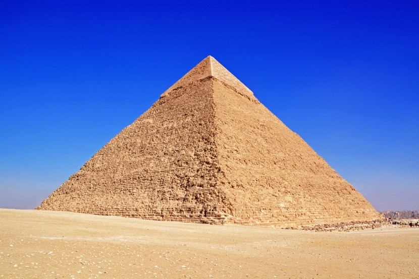 A Kheopsz-piramis a napfényes Gízában