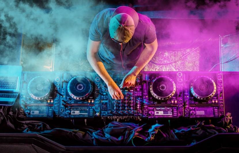DJ és a keverőpult