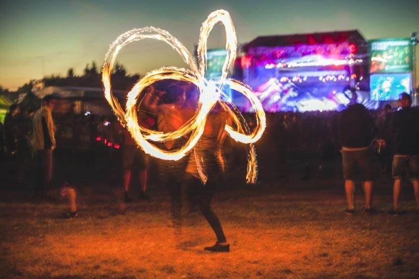 Fireshow, koncerttel a háttérben